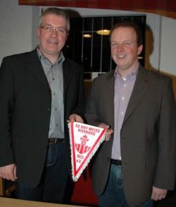 Bürgermeister Ulrich Helmich gratuliert Bernd Loske
