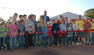 Bürgermeister Ulrich Helmich und Ole Lammers geben den neuen Dorfplatz frei